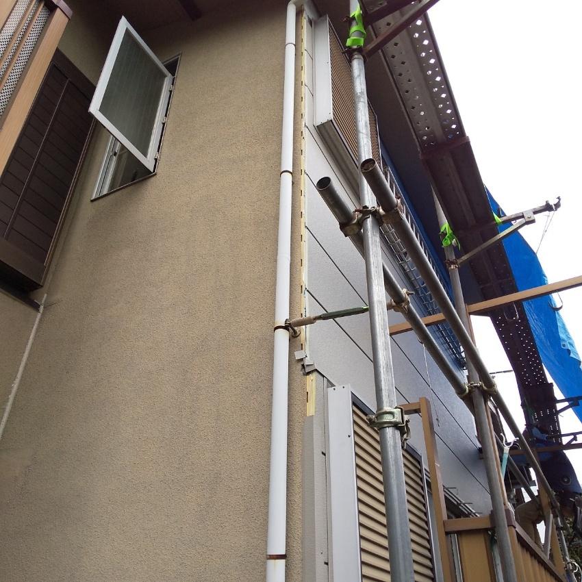 雨漏りする壁に鉄板サイディング張り